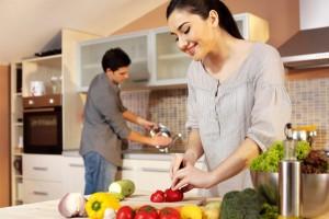smaidīgi cilvēki virtuvē